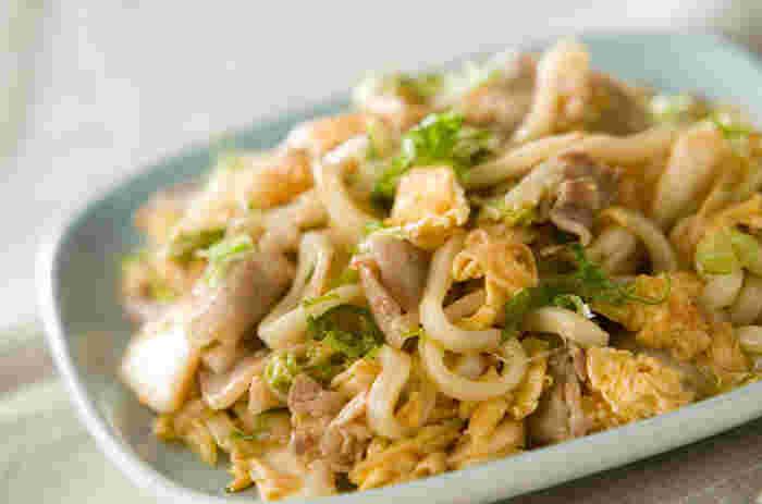 豚キムチを焼うどんにアレンジしたレシピです。あまり野菜も一緒に炒めてしまえば、栄養価もアップ!卵も入れて、まろやかさもプラスしています。