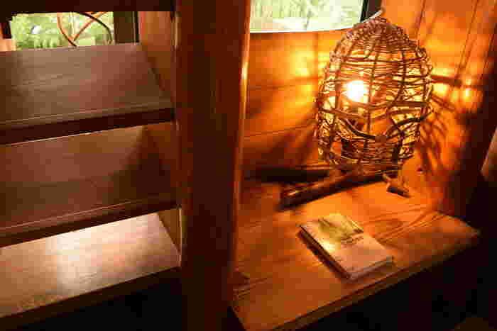 森の家の2階は図書室になっていて、ムーミンに関係する絵本などが置かれています。画像のスペースでゆっくり本を読むこともできますよ。