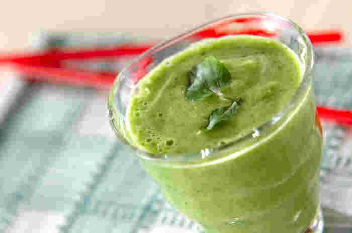 クレソンとセロリの香り豊かな栄養満点ジュース。クレソンは拡酸化作用があり、美肌効果のあるβカロチンを豊富に含む緑黄色野菜。他にもカルシウムやビタミンCやビタミンB群もたくさん含まれているので積極的に摂取しましょう。