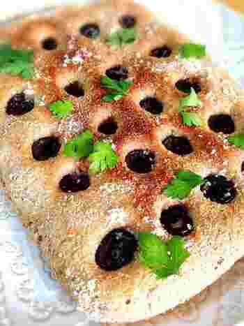 写真のフォカッチャは、古代小麦全粒粉を使っていますが、もちろん一般の全粒粉でもOK。小麦を丸ごと粉にした全粒粉は、香ばしい風味と食べ応えも魅力。なにより栄養があり、ヘルシーな食生活におすすめです。