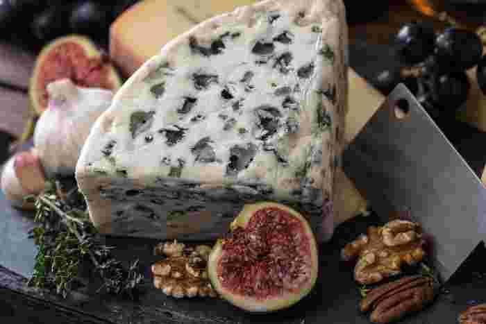 ブルーチーズは、見た目にも香りにもインパクトがあるのでわかりやすいですね。青カビと乳酸菌を発酵させていて、塩味が強く濃厚な風味が特徴。世界三大ブルーチーズに数えられているのが、ゴルゴンゾーラ、ロックフォール、スティルトンです。  好みが分かれるチーズかもしれませんが、好きな人にとっては絶好のおつまみに。ピザやサラダなどのアクセントにもなります。