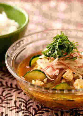 宮崎県の郷土料理、'冷や汁'。簡単に言えば、冷たいお味噌汁なのですが、お魚、豆腐、野菜など具材も豊かで旨味もたっぷり。ご飯にかけていただくと最高に美味しい上、栄養バランスが取れているのもありがたい一品です。カレー味に仕立てれば、さらに食欲が刺激されそうです。