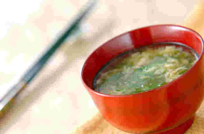 片栗粉ですこしとろみをつけた卵スープにはいんげんをたっぷりと入れて。刻みネギは火を止めた後にいれると、ふんわりとネギが香る美味しい汁物に仕上がります。とろみがあるので、飲み込みやすく高齢の方にも喜ばれます。