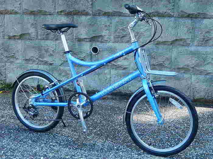 デザイン性と安全性の両方を兼ね備えた、Louis Garneau(ルイガノ)の自転車。こちらは、街乗りにちょうどいいサイズ感と、お洒落なデザインが特徴の『MV1』モデルで、前後フェンダーやスタンドなども装備され、使いやすさ抜群のミニベロです。カジュアルな雰囲気がとってもキュート☆