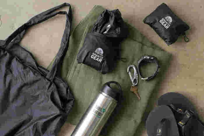 内側についている収納袋に畳み込めば、手のひらに乗るほどコンパクトになります。フックが付いているから、メインのバッグに引っ掛けたりすることも可能です。