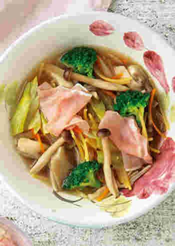 たっぷりの野菜やキノコに生ハムが入った具だくさんのスープです。パスタが入っているので、一皿でも満足感があり、ランチにもおすすめ。スパゲッティのかわりにショートパスタを使っても◎