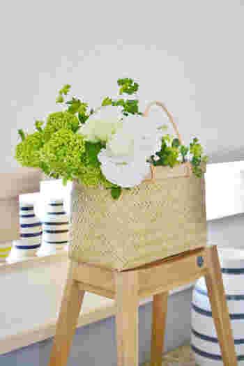 カゴバックに切り花の組み合わせは最高にキュートな組み合わせですよね。ただ可愛いからと、そのままカゴバックに入れるだけでは、すぐにお花やグリーンは元気がなくなってしまいます。
