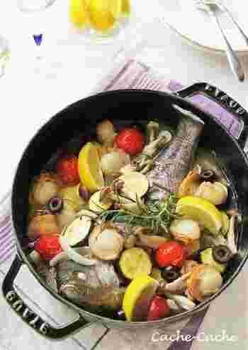 初夏に旬を迎えるイサキが手に入ったら、お鍋一つでできるアクアパッツァをバーベキューのメニューに加えては? 底が浅めの「ブレイザー・ソテーパン」は、ソテーしてから煮こむタイプの料理に最適。