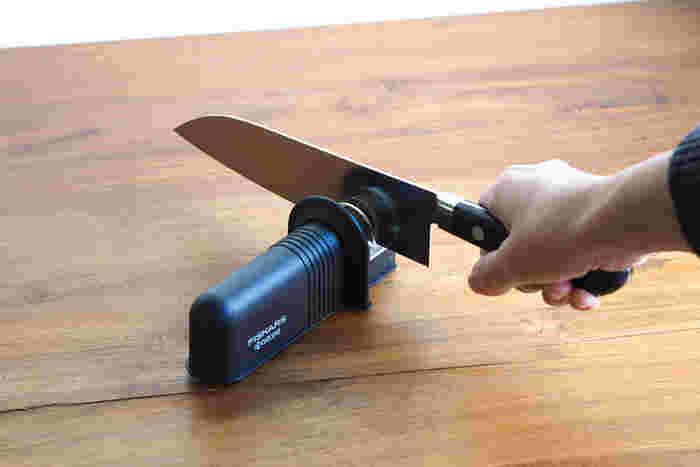 どんなに良い包丁でも、切れ味が落ちたらうまく使えません。こちらは手軽に包丁を研げるアイテムです。金属製の両刃包丁に対応していて、家庭でよく使う三徳包丁や牛刀を研げますよ。刃を差し込んで前後にスライドさせるだけなので楽々!