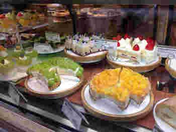 ウインドーにはたくさんの美しいケーキが並んでいます。美味しい紅茶と一緒にいただきましょう。