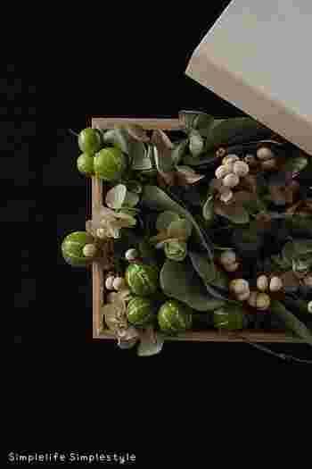 100円ショップで手に入る木箱に、ドライにできる植物をぎっしりつめこんだものも素敵です。箱の裏にピンで紐を留めれば、立派な「ウォールデコ」になります。