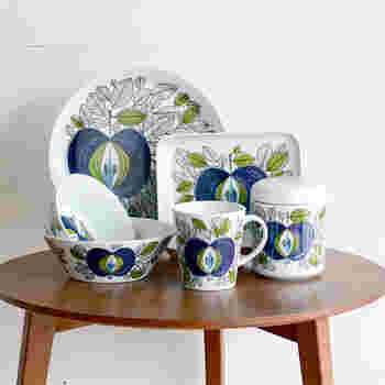 1726年にスウェーデン王室御用達窯として設立された『ロールストランド』。こちらは創業290周年にアニバーサリーシリーズとして復刻された、ロールストランドの人気シリーズ「Eden(エデン)」です。1960~1972年に製造され、ヴィンテージの中でも希少性の高いシリーズです。水彩画のようなタッチで描かれた葉やリンゴ、ハンドペイントならではの色の濃淡など。エデンの園をイメージした絵柄は、まるで一枚の絵画を見ているかのような美しさです。