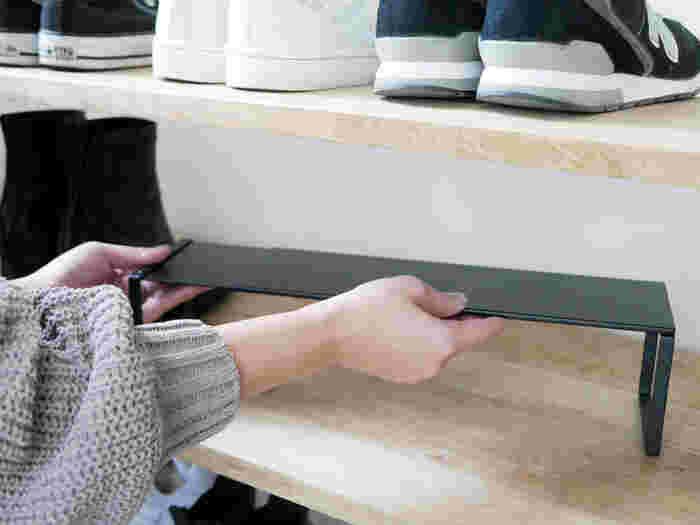 下駄箱の幅に合わせて伸縮できる便利なシューズラック。ラックを使えば収納力が2倍になり、入りきらなかった靴をスッキリ収納することが出来ます。設置可能な下駄箱の内寸幅は、約34cm~60cm以内。棚板と棚板の高さは約10cm以上。