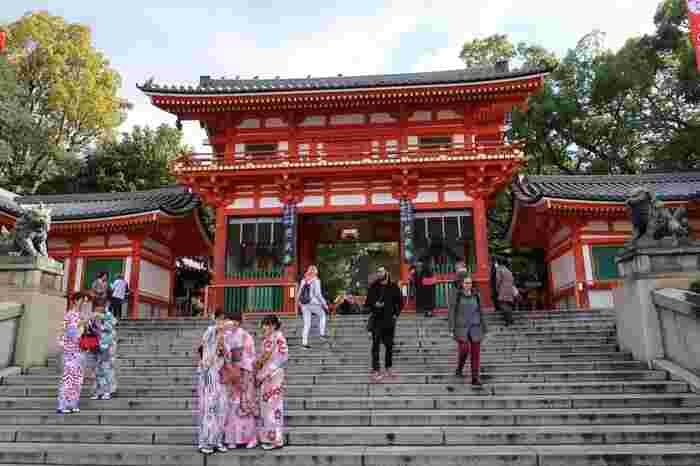 京都市内を東西に横切る四条通の東端に鎮座する八坂神社は京都観光には欠かせない観光スポットとして有名です。「祇園さん」の愛称でも親しまれているこの神社には、本殿を取り囲むように多数の末社と摂社があり、強力なパワースポットとなっています。
