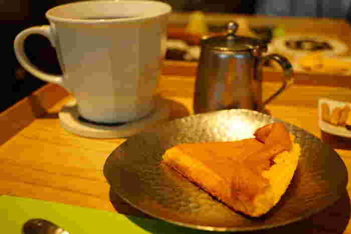 おすすめは、お菓子と飲み物がセットになった然ノ膳。B2Fのテイクアウト店でも大人気の「然」かすてらも選べます。丹波の黒豆を食べて育った鶏卵を使ったかすてらは、外はしっとり、中がとろとろ。 コーヒーにも日本茶にも、+100円で選べる抹茶にもとても合います。渋谷の喧騒を眺めながらのティータイム、どこか非日常で優雅な時間を過ごせますよ。