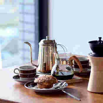 2人分まで淹れられるので、結婚祝いや一人暮らしをスタートする方への贈り物にいかがでしょうか。ドリッパー、ポット、ペーパーフィルター、軽量スプーンがセットになっているので、コーヒー豆を添えればすぐにコーヒーが淹れられますよ。