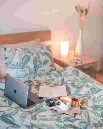 テレビやオーディオなどの「電化製品」を寝室に置くことは、基本的にNGとされています。気を乱す原因となり、体調不良を招きやすくなると考えられているからです。パソコンやスマホも、できるだけ置かないようにするのがベストだと言われています。