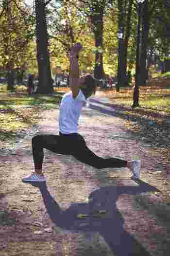 現代人は忙しくて運動不足になりがちですが、30代になると代謝も下がりやすく体力面でも若いときのようにはいかなくなってしまうことも。決まった時間を確保できなくても、日常生活で階段を使う、帰りに一駅歩くなど、日々体を動かすように習慣づけましょう。
