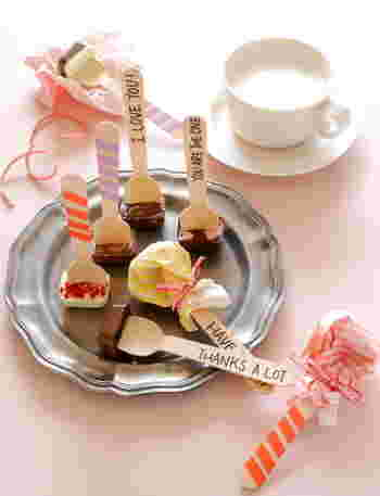 """製氷皿に溶かしたチョコレートを入れ、スプーンを刺すタイプも◎ ホットミルクに浸せば、手軽にホットチョコレートが楽しめます。大量に作れるので""""お配り用""""や""""友チョコ""""にもぴったり。"""