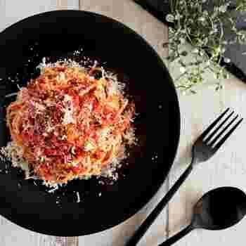 なんとも本格的なルックスのこのパスタも、なんとソースに使っているメイン食材は缶詰!  パスタを茹でている間に、ニンニクを炒めたフライパンでイワシとトマトの缶詰を煮詰め、最後にパスタに絡めるだけなので、工程はいたってシンプル。  最後に振りかけるパルミジャーノチーズも、粉チーズで十分ですよ。