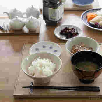 こちらも東屋×猿山修デザインのアイテム、料理の器を並べるお盆「折敷(おしき)」。あまり聞きなれない名前ですが、漆塗りのものなどを、どこかで見かけたことがある方も多いのでは? もともとは茶席で出される料理に使われていたので、狭い場所に合わせたコンパクトサイズが特徴です。写真は、朝ごはんや軽めの食事で活躍してくれる全版。