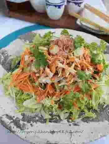 野菜だけのサラダに飽きたときには、鶏胸肉を使ったレシピを活用しませんか?ヘルシーなのに、食べごたえのあるサラダが完成します。  キャベツだけでなく、レタス・キュウリ・にんじんなどを加えて、野菜をたっぷりといただける一品に。副菜としてはもちろん、ダイエット中の主菜としてもおすすめです。