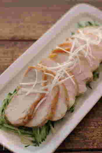 鶏チャーシューや茹で鶏は、便利な作り置きおかずの定番ですよね。こちらは火を使わずに作れる鶏チャーシューのレシピです。味を馴染ませる時間がいるので、作り置きにぴったり!