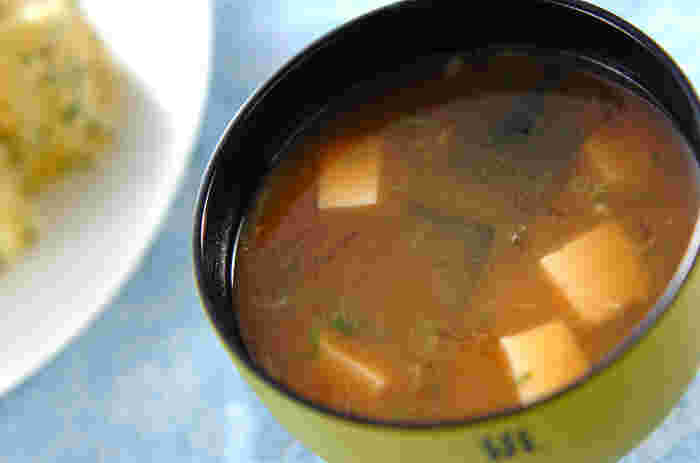 汁物に入れるときは糸寒天がおすすめ。食物繊維がたっぷり摂れるうえ、のど越しもいいので、美味しくいただけます。豆腐とワカメもくわえて、ボリューム感のあるひと品に仕上がりました。