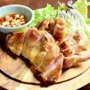 タイの焼き鳥ともいえるガイヤーン。 たっぷりのパクチーとナンプラーソースで召し上がれ♪  他にも、生春巻きや炒めものなど一品料理が充実しています。