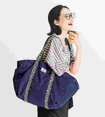 """「はまじとコラボ」シリーズは、グッズも充実。7月からのレジ袋有料化に向けてひとつは持っておきたいのが、お買い物用のトートバッグですよね。レジかごと同等の容量ときんちゃく状になった口、保冷剤を入れられるポケット、肩にしっかりかけられるデザインなど、""""これさえあれば""""なポイントが満載。フェリシモ定期便の商品いずれか1点以上を一緒に申し込むと【いっしょ買いキャンペーン】の適用になるので、この機会にぜひ。"""