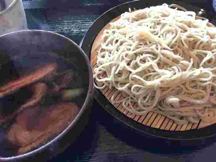 冷たい蕎麦を暖かな鴨汁に浸けて頂く『鴨つけ蕎麦』。