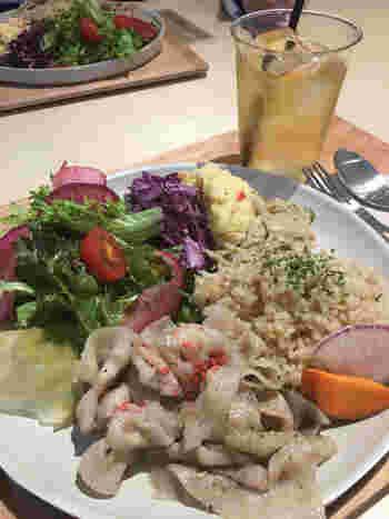 玄米・雑穀米&主菜・副菜 2~3種類を組み合わせた日替わりのランチプレートが大人気です。他にも発酵調味料を使った料理やヴィーガンの方向けのメニューもあります。彩の良いお野菜を食べて、身体の中から美しくなりましょう。