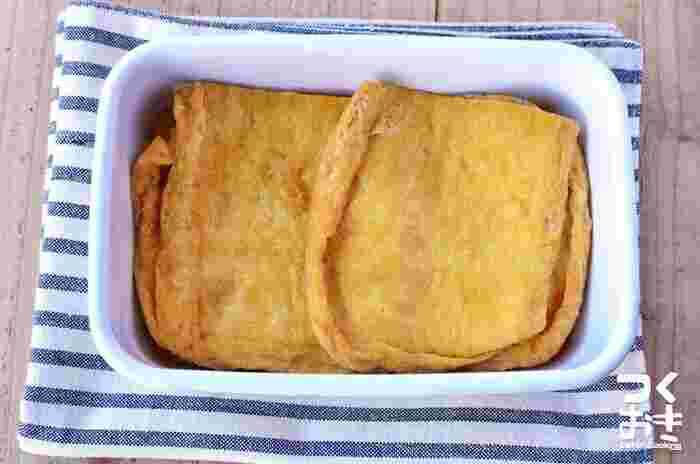 甘辛く煮たお揚げは、麺類によく合います。調理時間も30分ほどで、冷蔵保存で3日、冷凍なら3週間ほど保存できます。冷凍保存する際は1枚1枚ラップで包んでジッパー付きのポリ袋に入れて保存すれば、味落ちしにくく保存できます。時間があるときにたっぷり作って冷凍保存をしておけば、そうめんの+1品レシピとして、冷凍から出したらラップのままレンジで解凍するだけでOK!と楽チンです。
