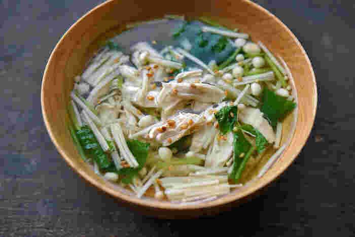 鶏ささみの茹で汁を活用して作るスープです。ささみを茹でる時に、ショウガとネギを使うのがおいしい茹で汁になるコツ。野菜は冷蔵庫にあるものでアレンジしても◎仕上げにゴマや一味唐辛子を加えるとよりおいしく頂けます♪