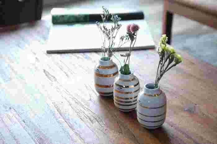 シンプルで日常に馴染む形で飾る花も選びません。ゴールドのストライプがさりげなく個性を発揮しお部屋全体を明るく見せてくれます。日常にしっとり馴染むフラワーベースです。