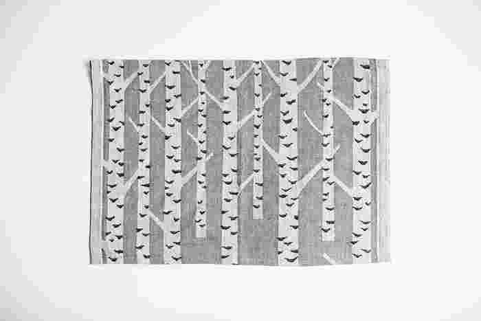 【Placemat 46x32cm】 洗練された白樺のデザインのプレースマットは食卓をおしゃれに彩ってくれるはず。シンプルな洋食器はもちろん、和食器とも相性がよさそう。お気に入りのテーブルアイテムとして加えてみては?