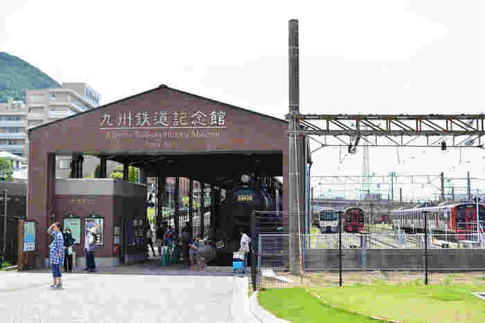 JR門司港駅から歩いて約3分ほどの場所にある「九州鉄道記念館」。室内施設と室外施設があり、列車の模型・駅員の歴代制服・駅弁ラベルなどの展示物や運転操作を楽しめる運転シミュレーターなど、九州の鉄道を子供から大人まで楽しく学ぶことができるスポットです。