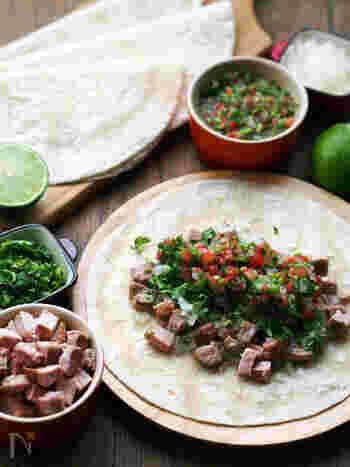 豚肉の素材を生かしたシンプル味付けに、コリアンダーをたっぷりきかせたサルサを組み合わせるとアッと驚く本場の味わいに!あればライムをたっぷり絞るとより本格的になりますよ。