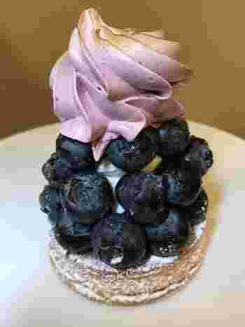 ブルーベリーを使った「タルト オ ミルティーユ」は、フレッシュなブルーベリーがたっぷり!爽やかで上品なブルーベリークリームが、サクッとしたタルト生地によく合います。