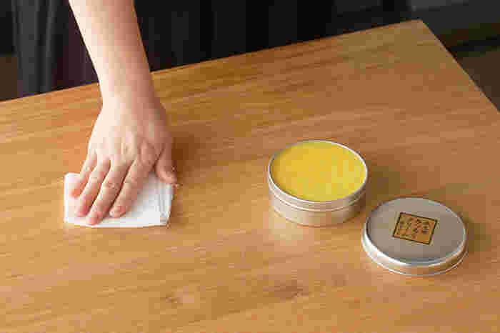 【 みつろうクリーム 】 蜜蝋、菜種油、椿油、亜麻仁油など、自然由来100%の素材で作られた木工用クリームです。薄く塗り伸ばすと油膜で木肌を保護してくれるほか、配合した成分によって保湿・防腐・防虫・防カビの効果が期待できます。ヒバ油のほんのりとした香りも爽やか。木製の食器やカトラリーなどにも塗りやすい液体状の「みつろうオイル」もあります。