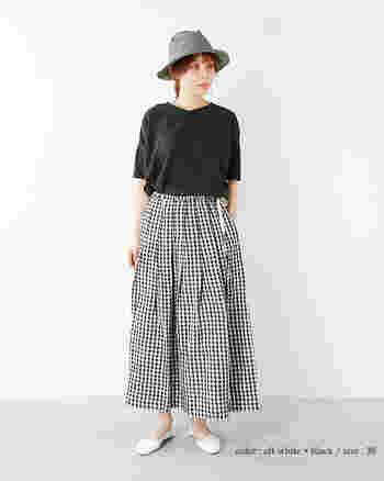 クラシカルな表情のギンガムチェックのフレアスカート。ブラックを基調にまとめたフレンチシックな着こなし方が素敵です。トップスをインすることでフレアスカートのラインがきれいに見えますね。