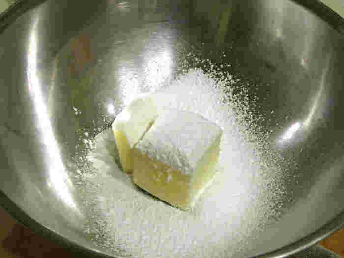 ショートブレットをつくるのに必要な材料は、小麦粉、バター、砂糖。「小麦粉、バター、砂糖」はそれぞれおよそ「3:2:1」の割合で混ぜます。お好みで塩を最後に少々振っても◎