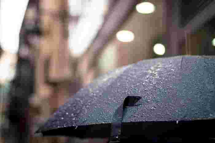 もちろん、天気が悪いことも話題の一つになりますよ。「ここのところ雨が続きますね」という会話をきっかけに、「洗濯物が乾かなくて困るんです」など、自分のエピソードを交えてみるのもよいでしょう。また、実際の天気だけでなく、天気予報を会話に取り入れるのも一つのテクニックです。「夕方から雨になるそうですよ」、「傘は持ってきましたか?」、「駅からご自宅まで歩くんですか?」など、天気予報をきっかけに会話が広がりそうな言葉を探してみましょう。