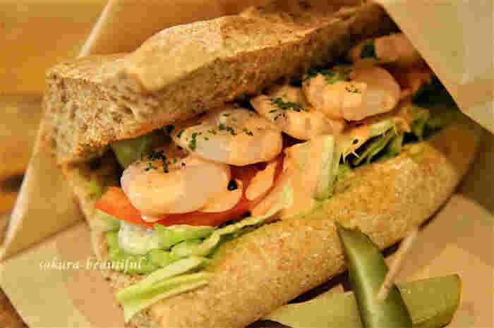 ぷりぷり&シャキシャキの食感が楽しい海老とアボガドサンドは、ボリューム満点!ですが、野菜たっぷりなのでとってもヘルシーです。