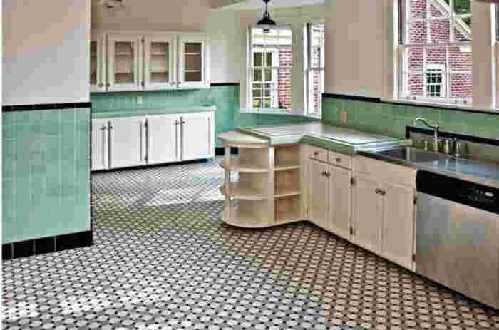 エメラルドグリーンの、きれいなタイルも、キッチンにはぴったり♪ フンフン~♪と、鼻歌を歌っちゃいそう。 白とのコントラストで開放感があります。