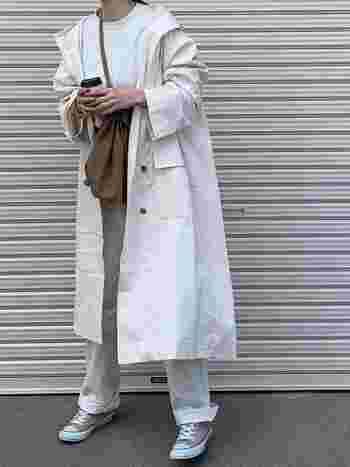 全身白でまとめたミニマルファッション。バッグやスニーカーのベージュがポイントカラー。柔らかく優しい印象に仕上がっています。