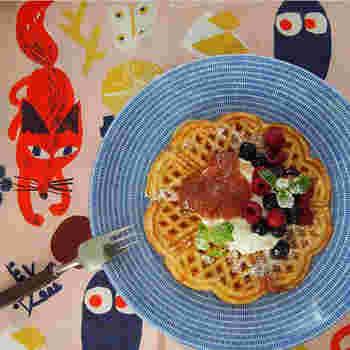 ■カフェメニュー ハート型が連なったワッフルは、乙女心をくすぐるルックスにも注目! こちらは、イートインのみでいただけるルバーブとベリーのワッフル。 お茶は、カフェ用の食器棚から好きなヴィンテージ食器を選べるという粋なはからいも。 カフェスタッフが、北欧滞在中に食べ歩いた味を提供してくれる。