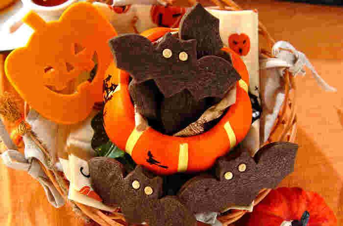 ハロウィンの飾りに欠かせないコウモリ。こちらはブラックココアパウダーが入った、真っ黒なクッキー。ホワイトチョコチップの目との対比も◎の、飾りにピッタリのクッキーです。