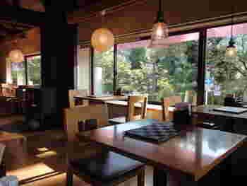 店内はすっきりと明るい雰囲気。2階からは百人一首で有名な小倉山が望めます。