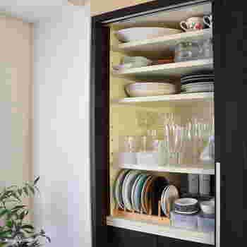 高さのある食器棚は、手の届きやすい位置によく使う食器をしまい、高いところには来客用や季節の行事用などの食器をしまいましょう。特に目線の位置の段は奥まで見渡しやすいので、よく使う食器のスペースに。